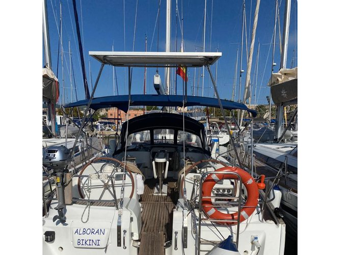 Enjoy luxury and comfort on this Beneteau Beneteau 50-4 in Radazul