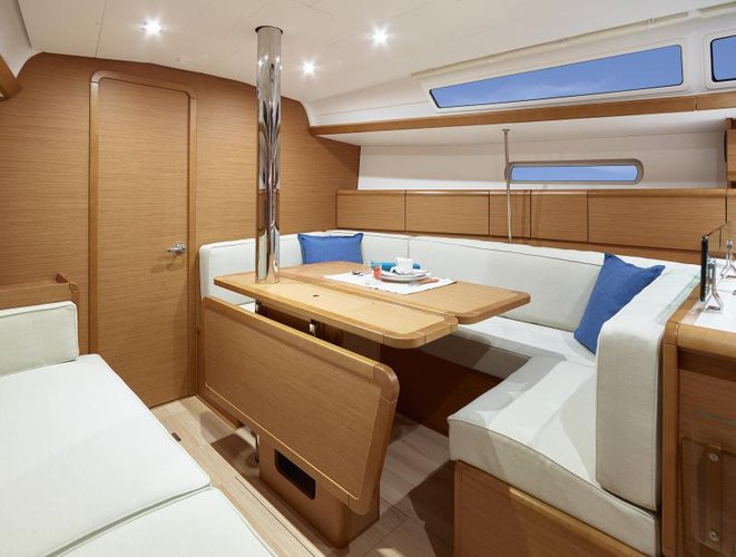 Discover Key West surroundings on this 39 PERFORMANCE JEANNEAU boat