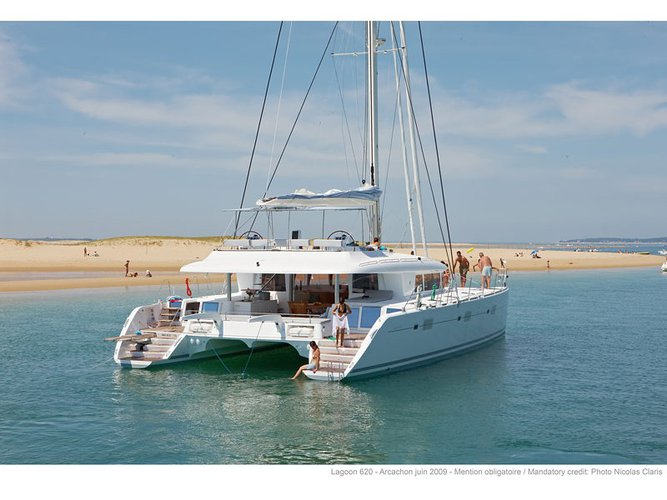 Beautiful Lagoon Lagoon 620 ideal for sailing and fun in the sun!