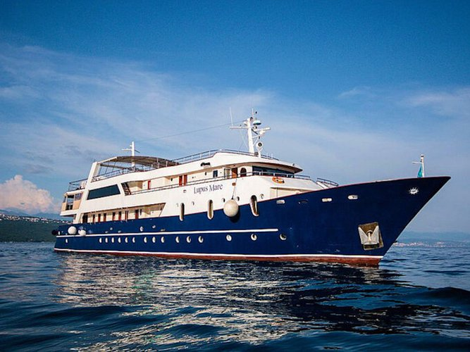Get on the water and enjoy Split in style on our  Motoryacht