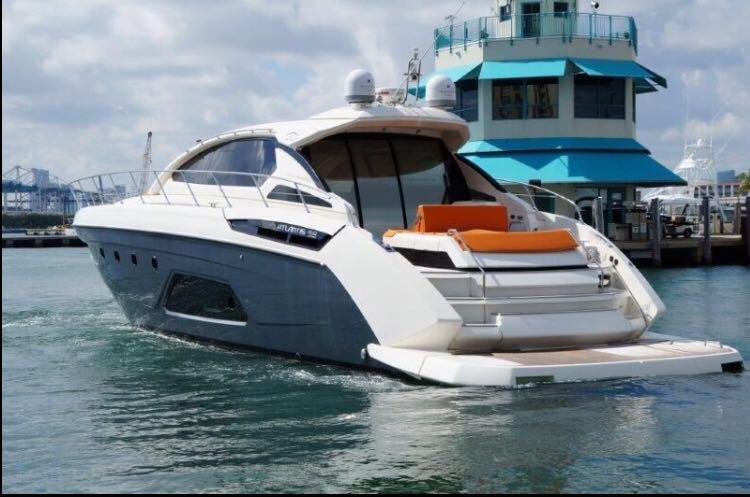 This 58.0' Azimut cand take up to 12 passengers around Miami Beach
