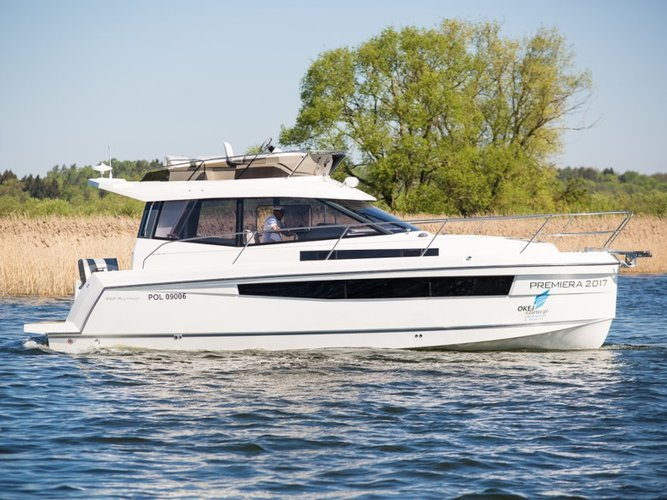 Beautiful Delphia Yachts Platinum 989 ideal for cruising and fun in the sun!