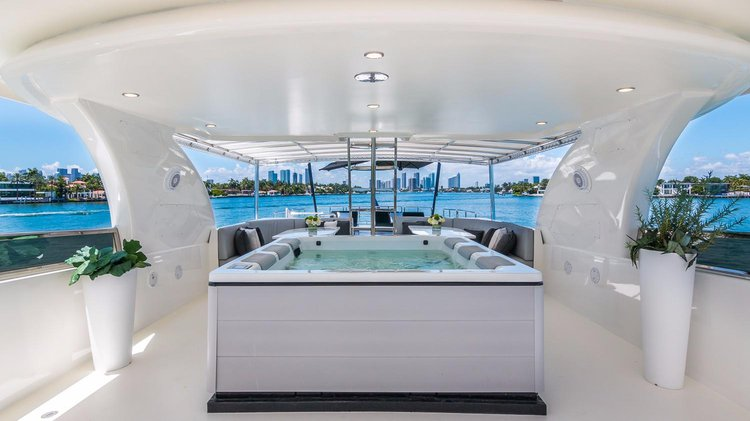 Discover Miami Beach surroundings on this Fly Horizon boat