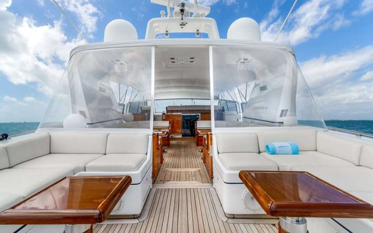 This 80.0' Mangusta cand take up to 13 passengers around Miami