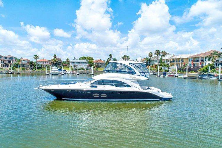 Discover Miami surroundings on this Sedan Sea Ray boat