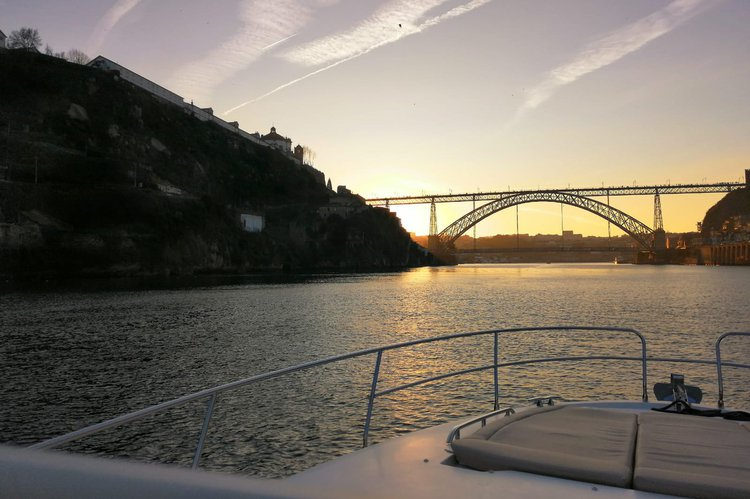 This 42.0' Jeanneau cand take up to 8 passengers around Porto