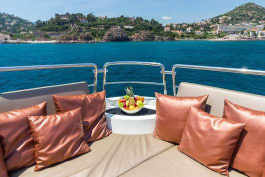 This 98.5' Azimut cand take up to 36 passengers around Cannes