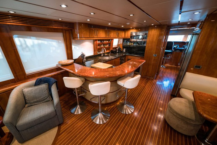 Discover West Palm Beach surroundings on this Custom Hargrave boat