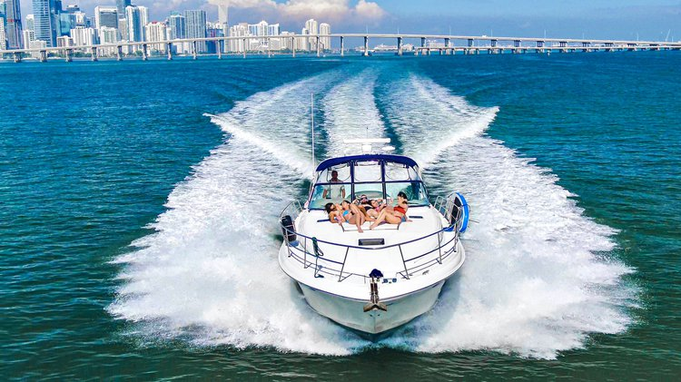 This 46.0' SeaRay cand take up to 13 passengers around Miami