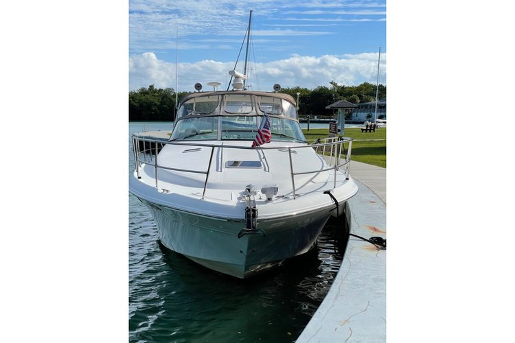 Discover Miami surroundings on this Sundancer 400 Sea Ray boat