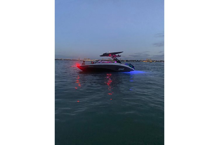 This 24.0' YAMAHA cand take up to 8 passengers around Miami
