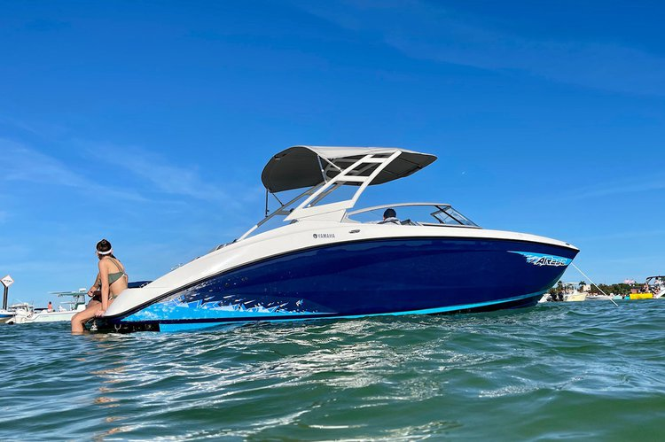 Discover Miami surroundings on this Ar250 Yamaha boat