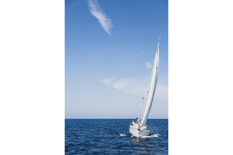 This 28.0' Catalina cand take up to 6 passengers around Marina Del Rey