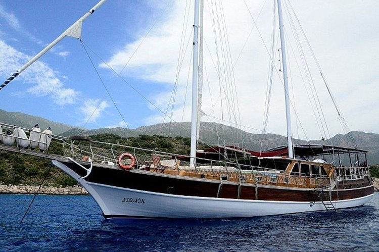 This 85.0' wodden cand take up to 16 passengers around Fethiye