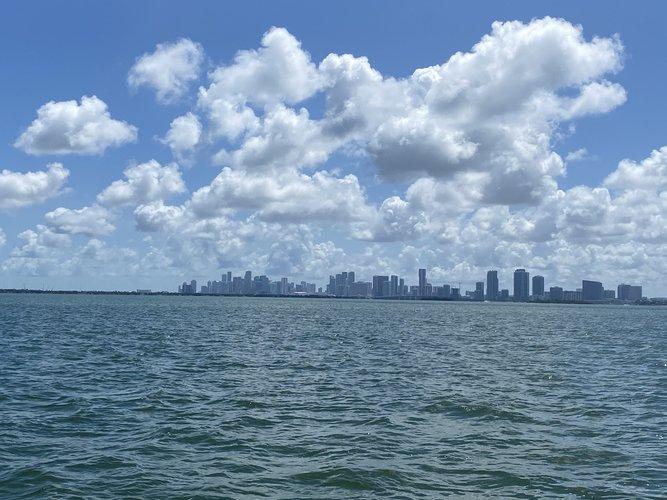 This 20.0' Bennington cand take up to 6 passengers around Miami Beach