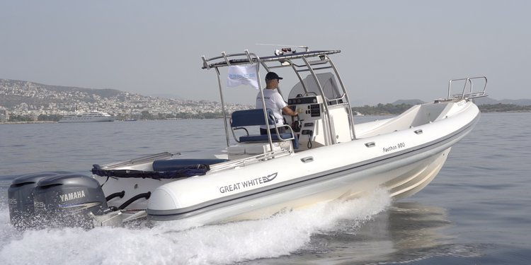 This 32.97' Great White cand take up to 10 passengers around