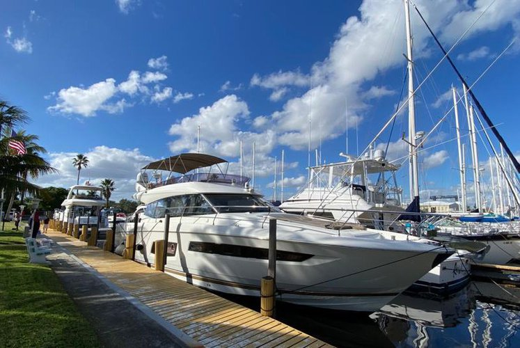 58.0 feet Prestige 550 Flybridge in great shape