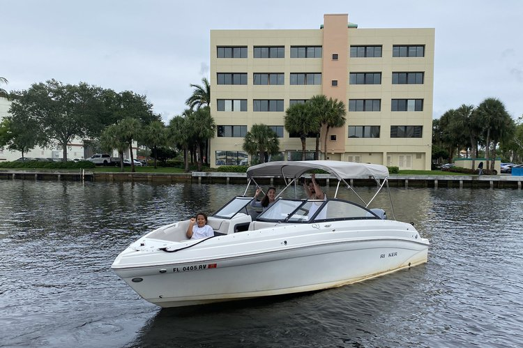 This 23.0' Rinker cand take up to 12 passengers around Fort Lauderdale