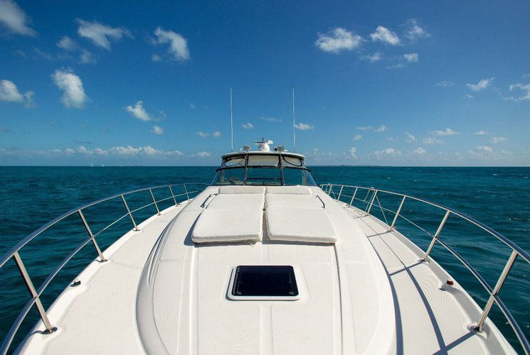 Discover CANCUN surroundings on this SUNDANCER Sea Ray boat