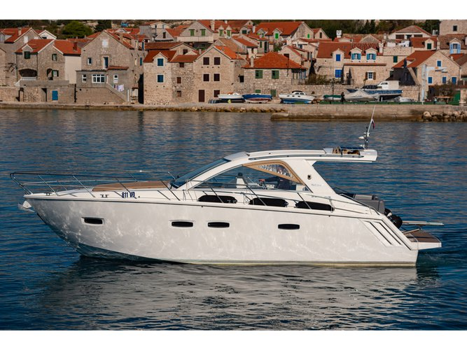 Take this Sealine Sealine SC35 for a spin!