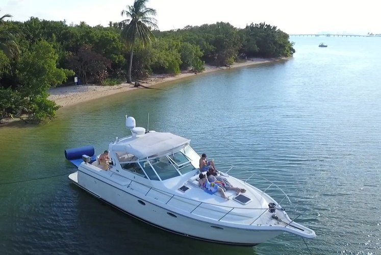 This 45.0' Tiara cand take up to 12 passengers around Miami