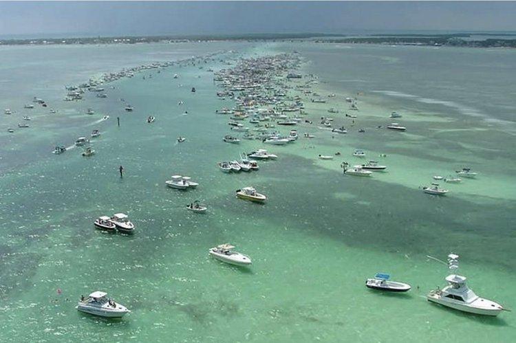 This 55.0' Uniesse cand take up to 12 passengers around Miami Beach