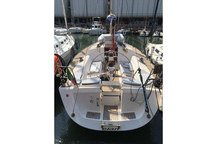 This 40.0' Elan cand take up to 8 passengers around Genoa