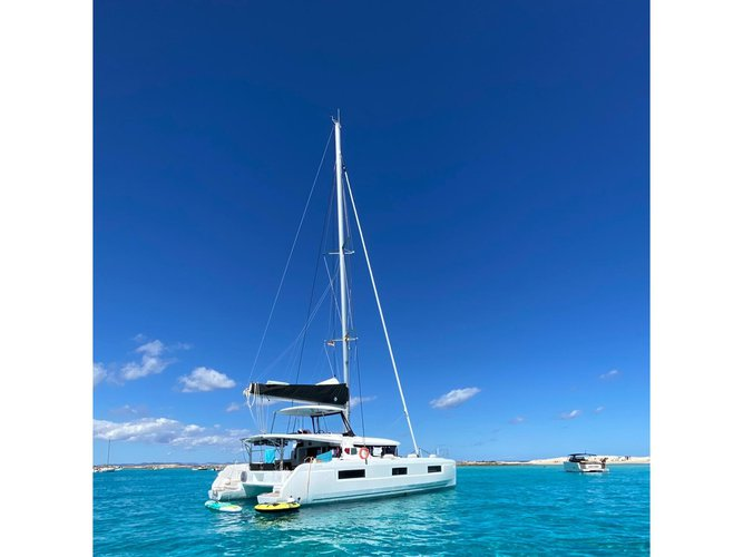 Jump aboard this beautiful Lagoon Lagoon 46 InnPro