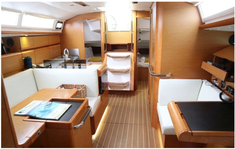 Discover New Providence surroundings on this 409 Sun Odyssey boat