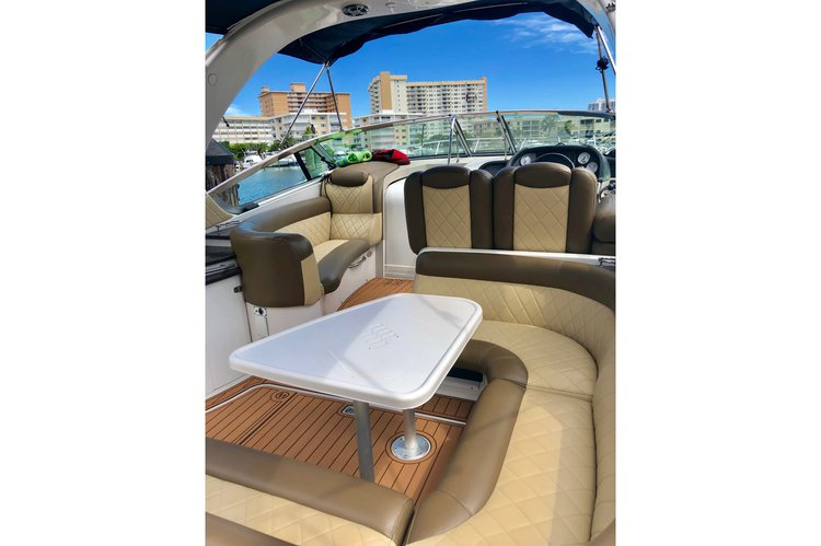 Discover Hallandale Beach surroundings on this Vista Four Winns boat