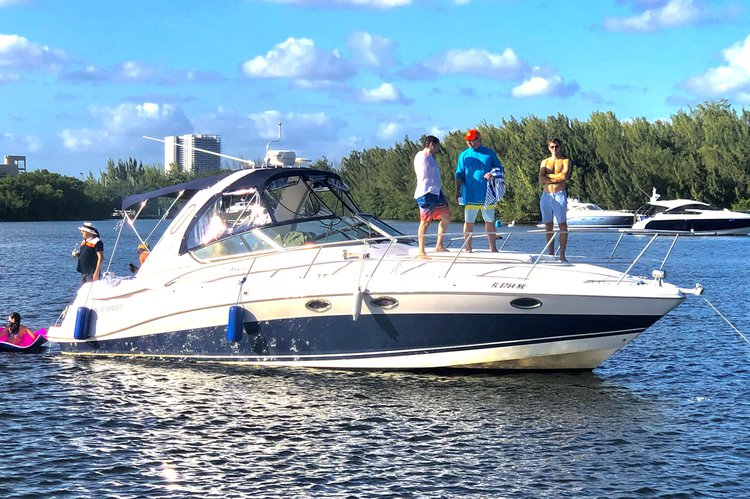 This 40.0' Four Winns cand take up to 12 passengers around Hallandale Beach