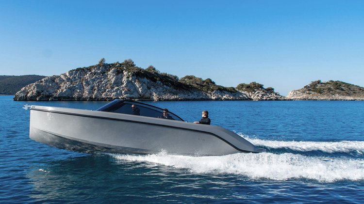 Discover Setúbal surroundings on this Supreme 27 RAND boat