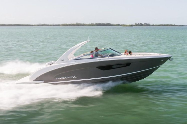 This 26.0' Regal cand take up to 8 passengers around Miami Beach