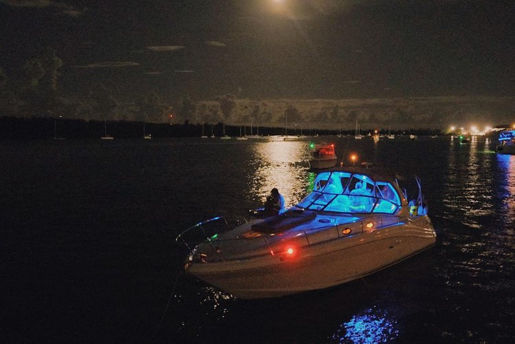 This 34.0' Sea Ray cand take up to 10 passengers around Miami Beach