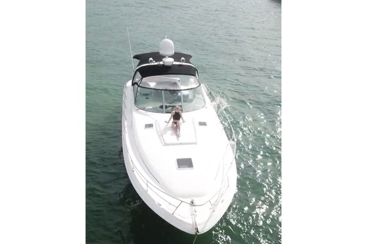 Rent this 45' Sea Ray Sundancer boat to enjoy Miami's endless Summer weather. We offer one of the most popular attractions of south Florida just from the owner.