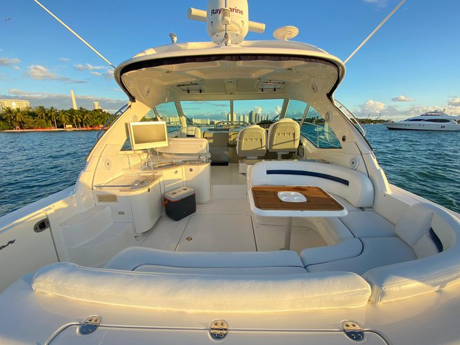 This 50.0' Sea Ray cand take up to 10 passengers around Miami