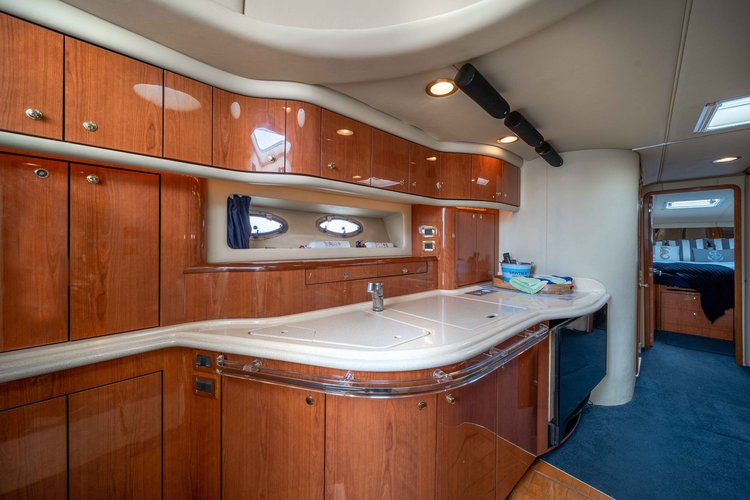 Discover North Miami Beach surroundings on this Sundancer Sea Ray boat