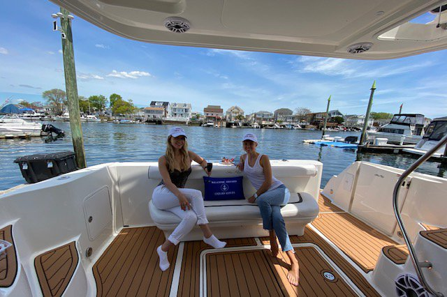 Discover Brooklyn surroundings on this 420DB Searay boat
