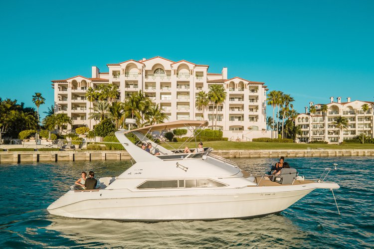 This 40.0' Searay cand take up to 10 passengers around Miami