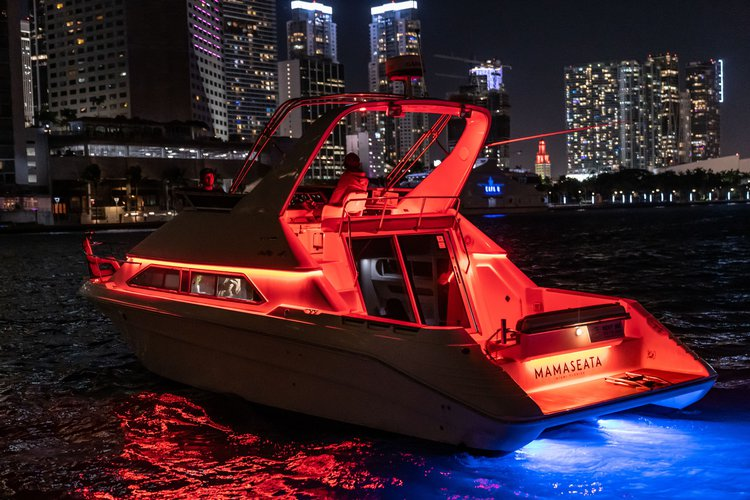 This 40.0' Searay cand take up to 10 passengers around Miami