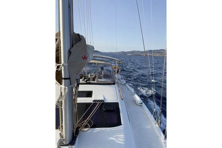 This 43.0' DUFOUR cand take up to 10 passengers around Paros