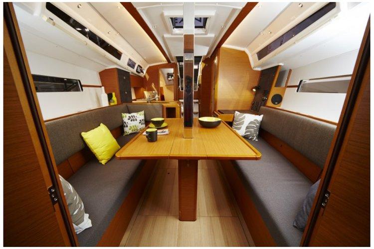 This 34.0' Sun Odyssey cand take up to 6 passengers around Charlotte Amalie