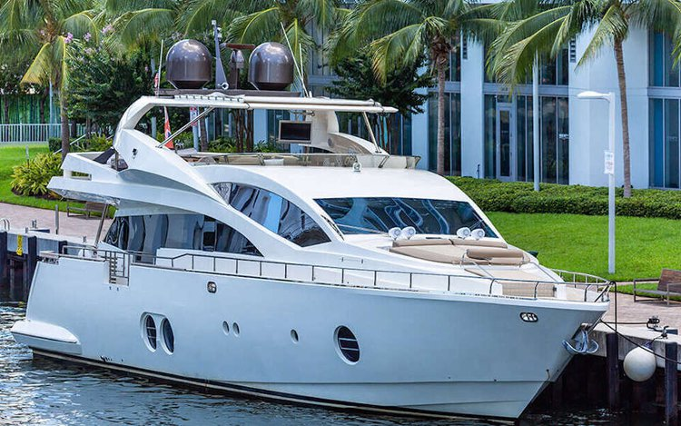 This 85.0' Aicon cand take up to 13 passengers around Miami