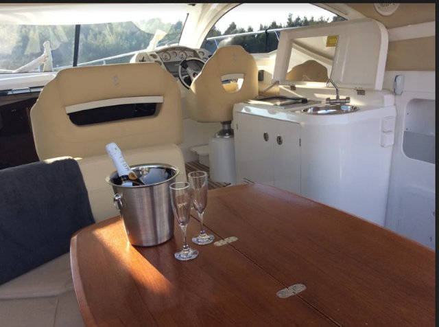 This 39.0' Bénéteau cand take up to 6 passengers around