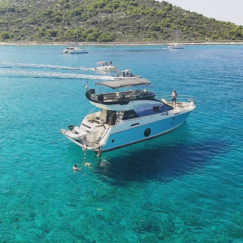 All you need to do is relax and have fun aboard the Bénéteau Monte Carlo 5