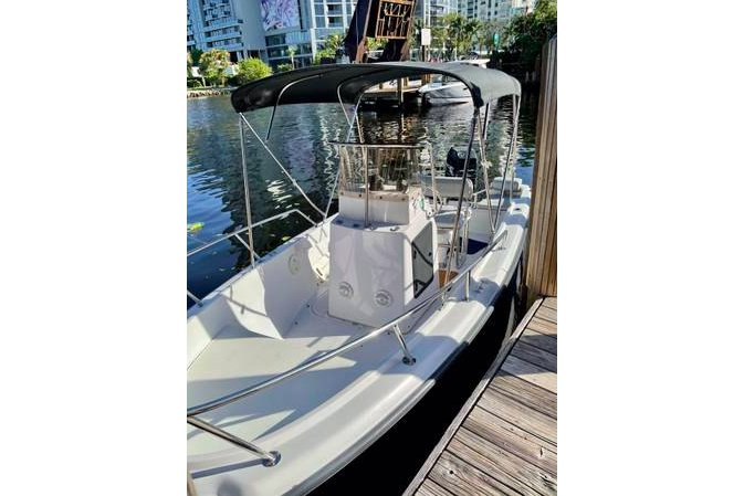 Discover Miami surroundings on this Outrage II Boston Whaler boat