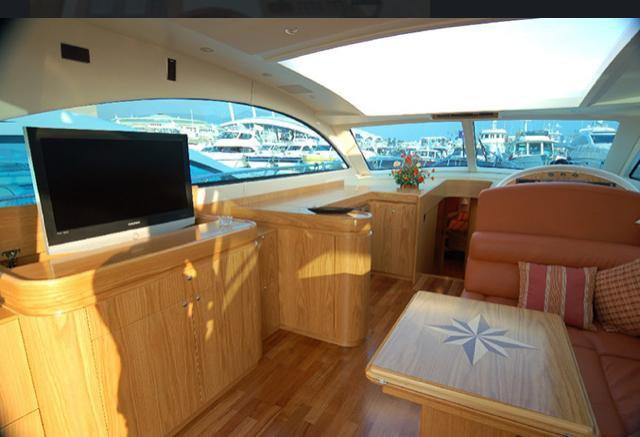 Discover Miami surroundings on this 54 Casa Casa Cantieri boat
