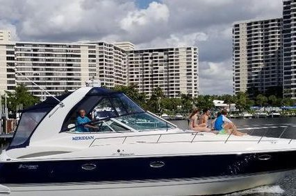This 40.0' Cruiser Yacht cand take up to 10 passengers around Miami