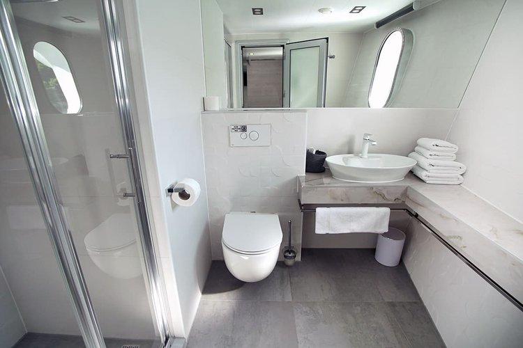 Discover Split surroundings on this 157 Custom boat