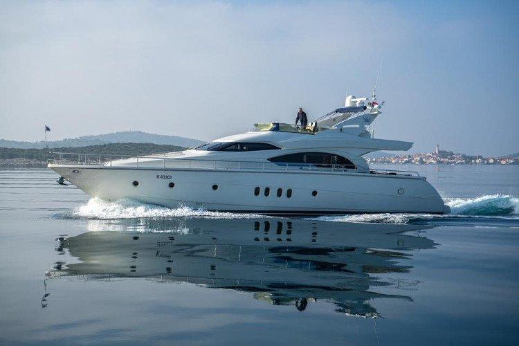This 66.0' DOMINATOR SHIPYARD cand take up to 6 passengers around Šibenik region